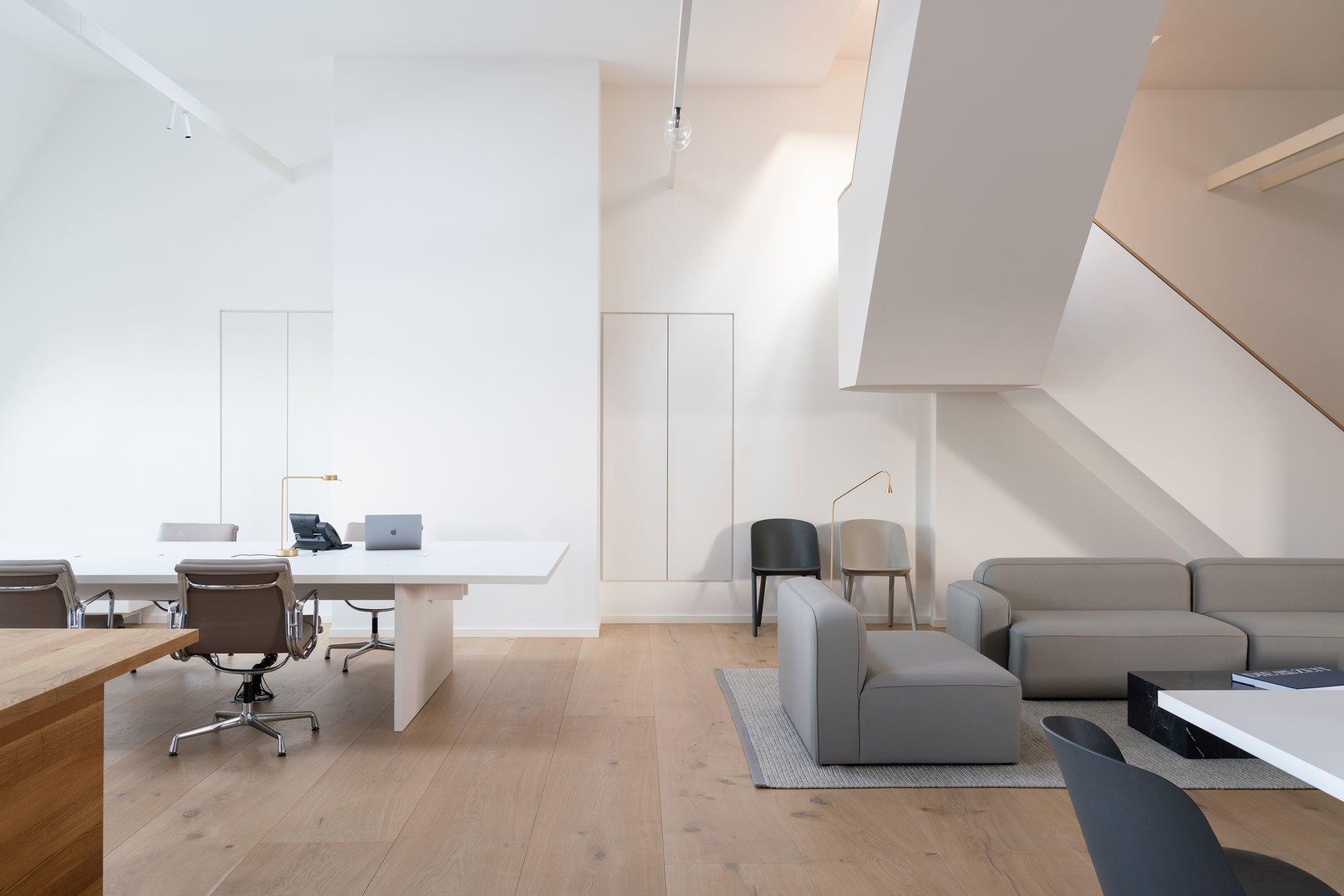 Den Mitarbeitern stehen sowohl Schreibtische als auch Loungebereiche zum Arbeiten zur Verfügung.
