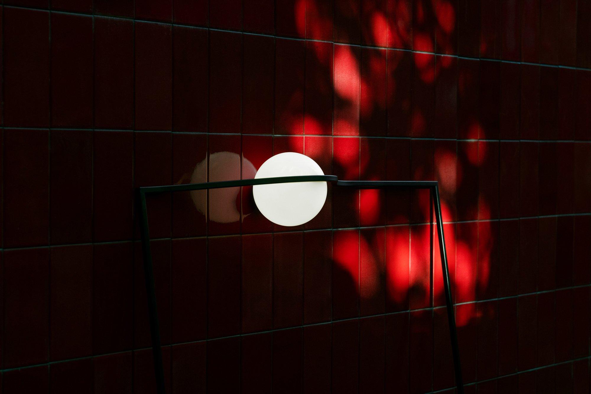 Handwerkliches Know-how, Materialexperimente und ein wenig Übermut kennzeichnen das aktuelle Leuchtendesign. Wir bringen Licht ins Dunkel der Produktneuheiten. Bild: Nendo, Heco, Flos. Foto: Tommaso Sartori/ Flos