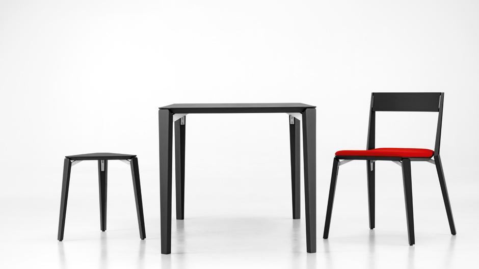 Stuhl, Hocker und Tisch