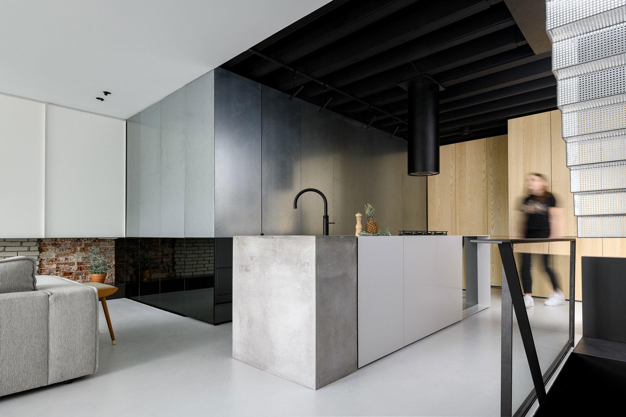 Unten alt, oben neu: Einen Amsterdamer Dachboden transformierten Firm architects zum Loft-Apartment, in dem Vergangenheit und Zukunft aufeinander treffen.