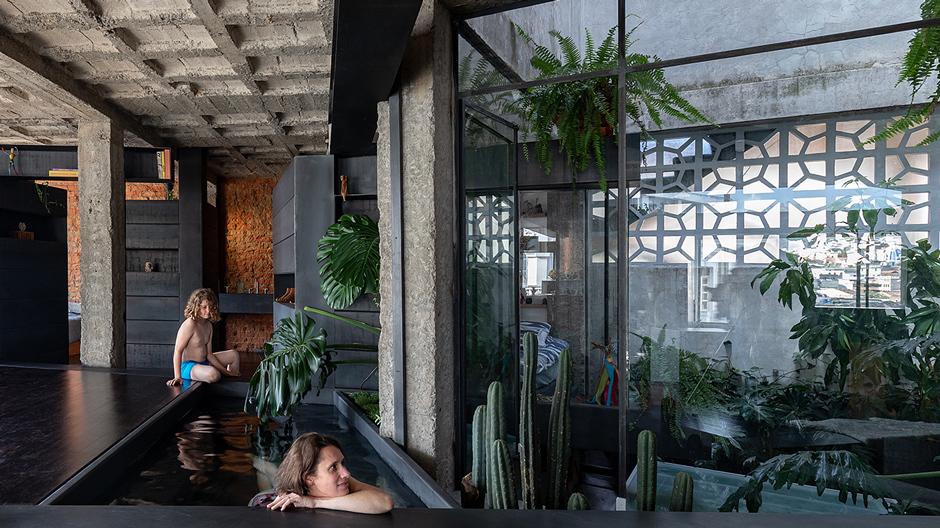 Walden im Wohnzimmer: Den Umbau eines Apartments in Ecuadors Metropole Quito gestaltete der Architekt Aquiles Jarrín wie einen Großstadtdschungel.