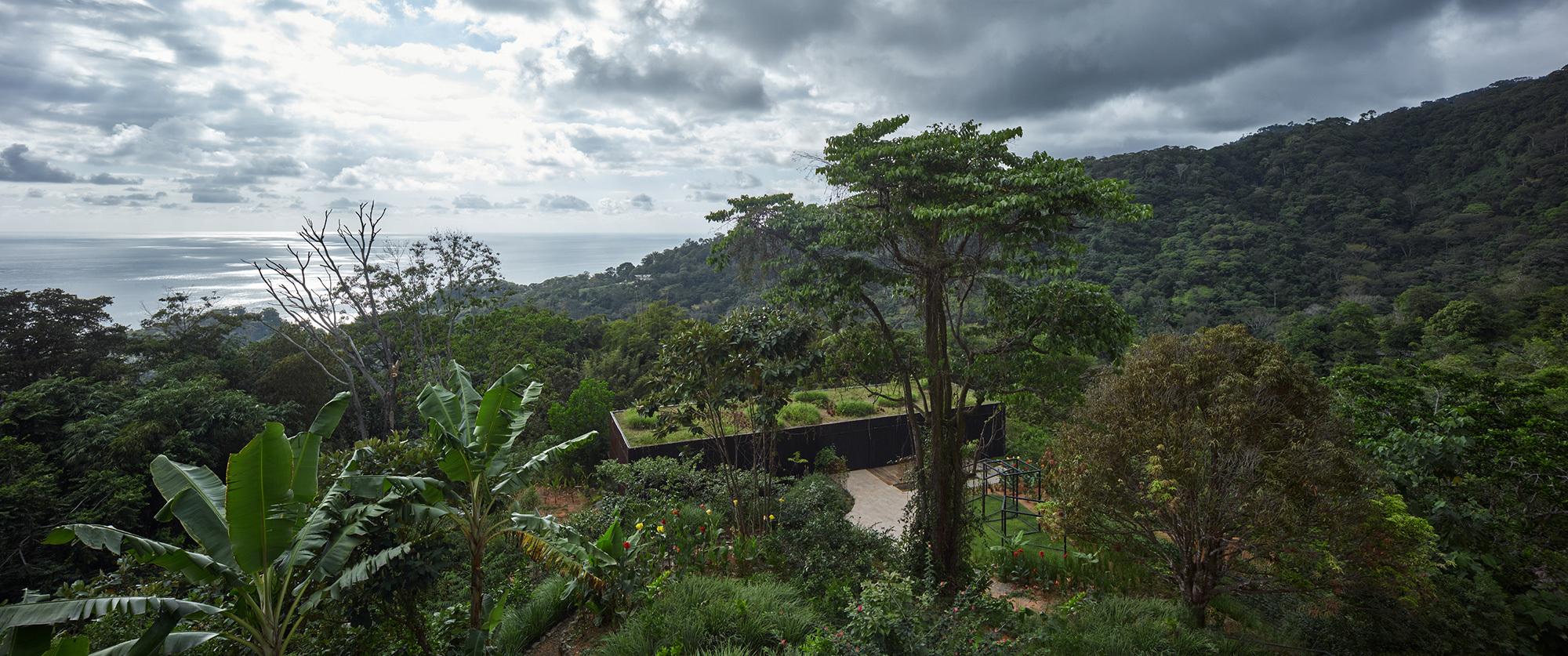 Zur einen Seite eröffnet sich ein Panorama zum Ozean, im Rücken erheben sich die grünen Hügel der Küstenlandschaft.