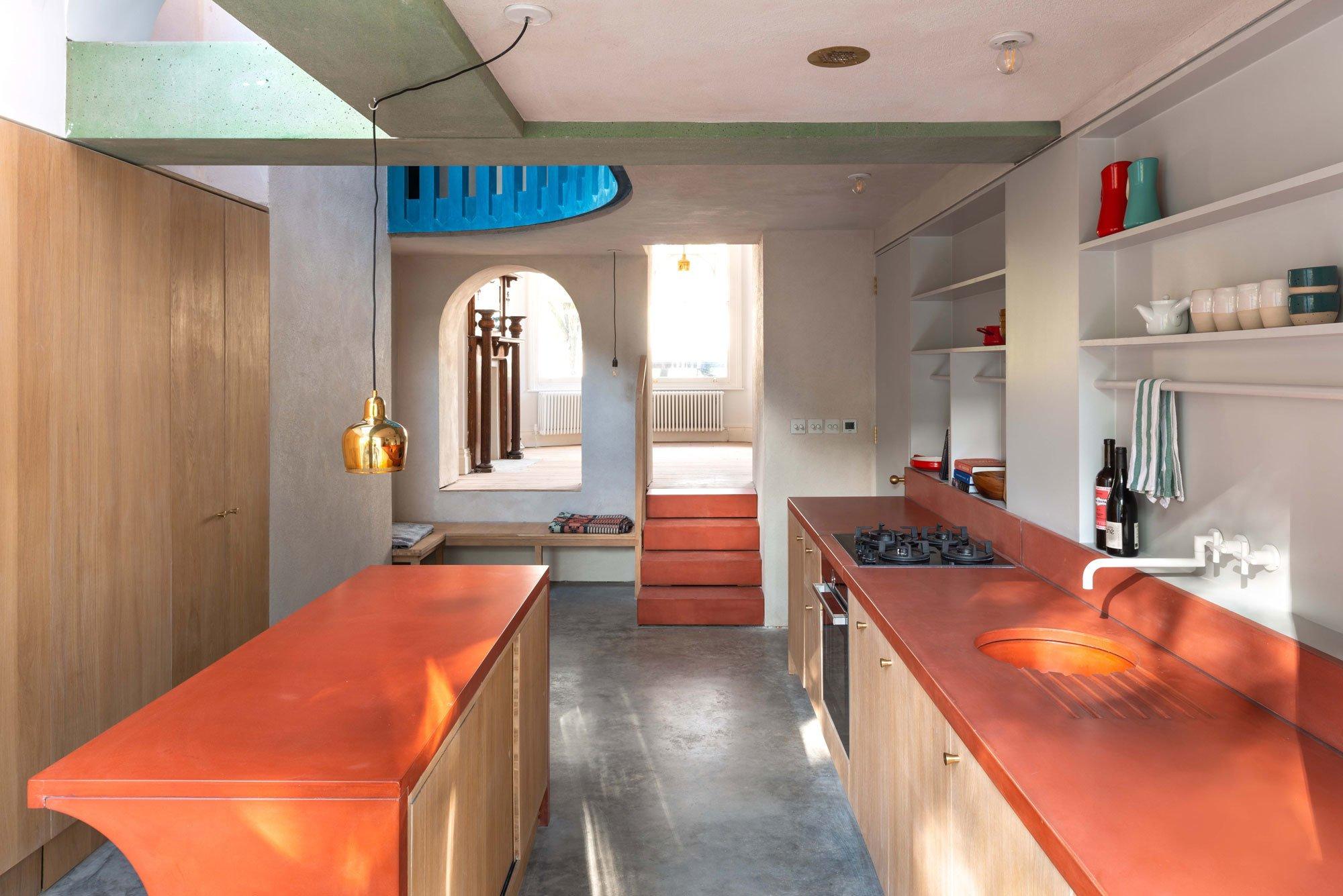 Mit pigmentiertem Beton setzten die Architekten Farbakzente in der Küche.