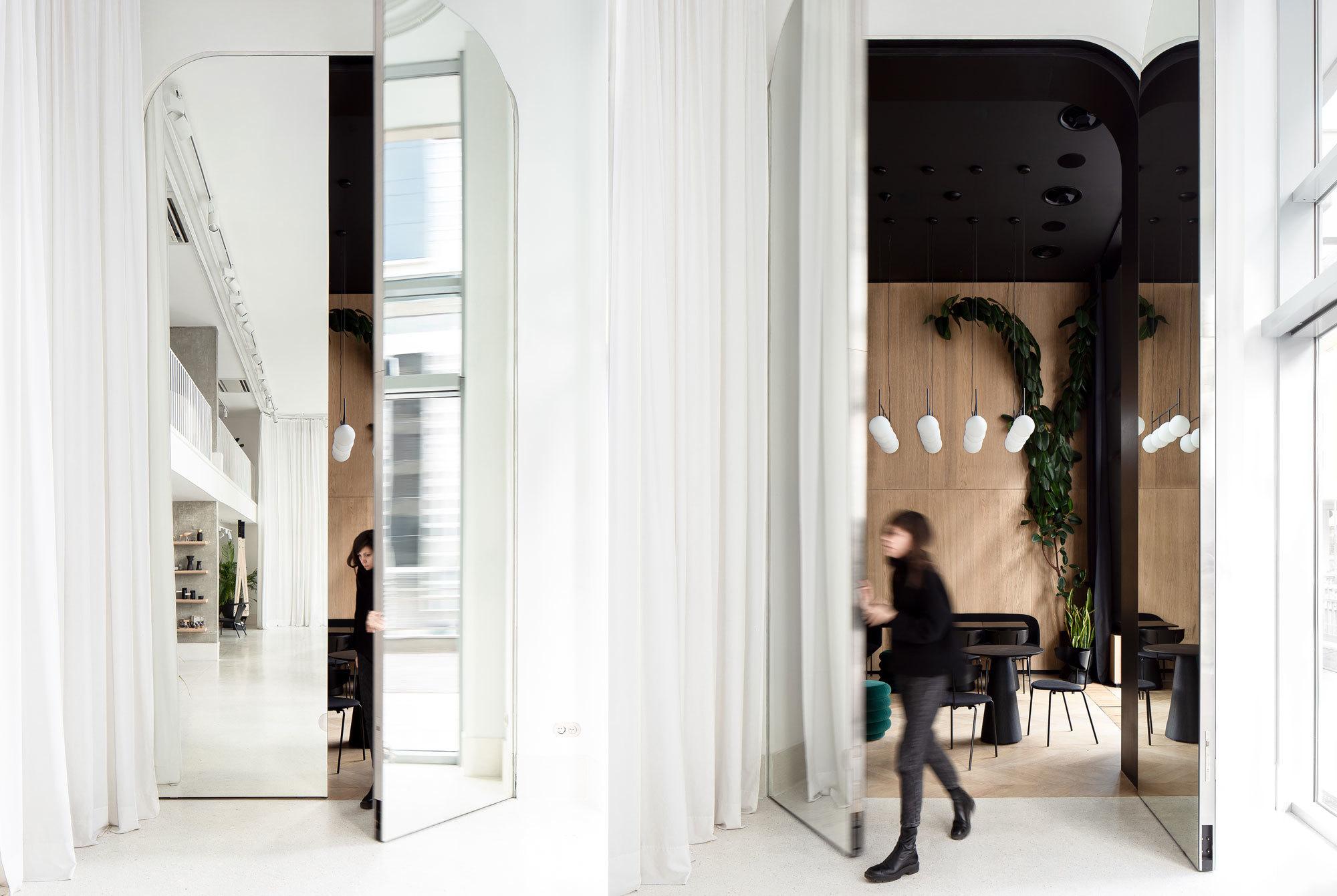 Verbunden mit der Natur: Das Studio AUTORI schuf im Belgrader GIR Café ein elegantes Wald-Ambiente – als optischen Kontrast zum weißen GIR Store nebenan.