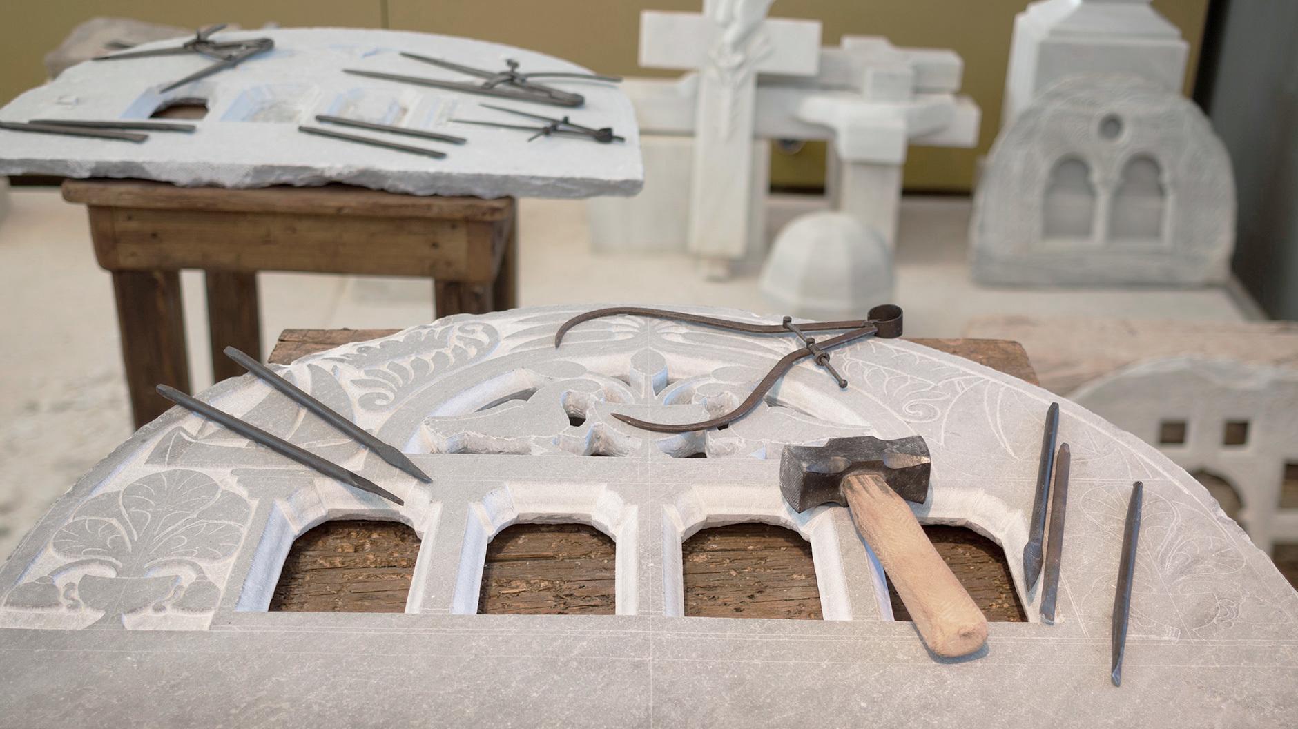 Das zweitwichtigste Handwerk sind die Werkzeugmacher, die die Bildhauer*innen mit Hammer und Meißel versorgen. Foto: PIOP, N. Daniilidis