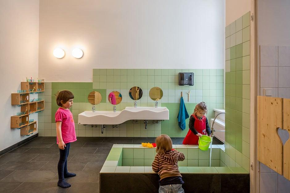 Ein Badezimmer zum Waschen, Spielen und Spritzen für größte Kinderfreuden.