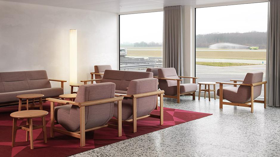 Alpin-nordisch in Genf: Gehobene Lounges wie diese bringen Wohnzimmer-Atmosphäre und eine Exklusivität vergangener Tage an den Rollfeldrand. Foto: Lionel Henriod