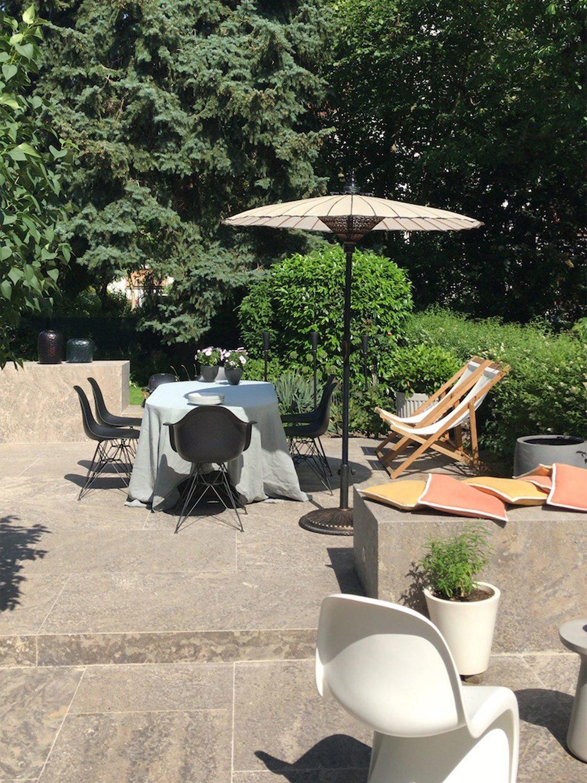 Jan Leithäuser hat auch den Garten samt Sandsteinobjekten gestaltet.