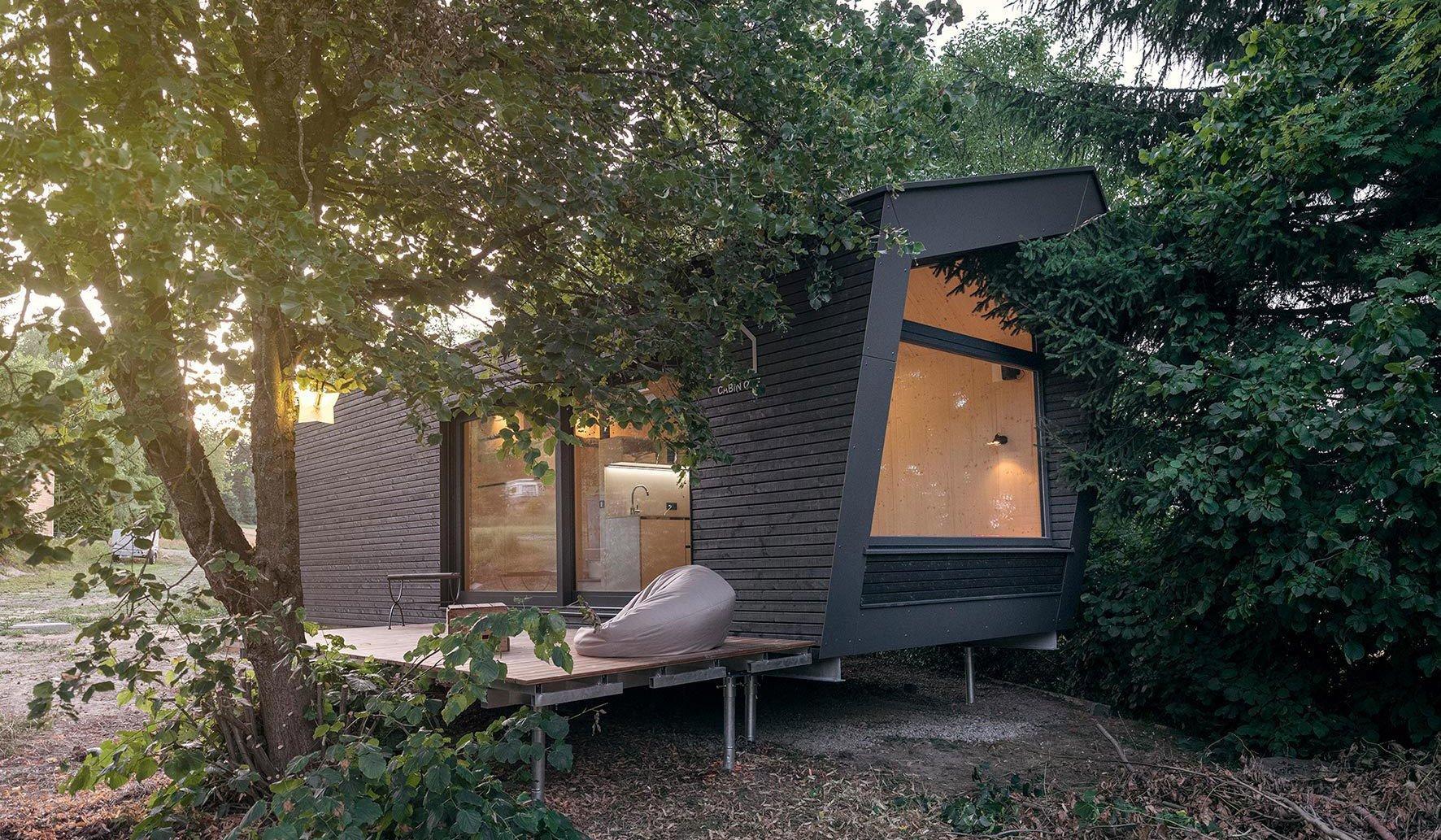 Eine Lösung für die Wohnungszukunft bietet Cabin One: In dem Minihaus lässt es sich auf Dächern, in stadtnaher Natur oder gar in der Wildnis mit höchstem Wohnkomfort leben – auch dank der Smart-Home-Ausstattung von Gira.