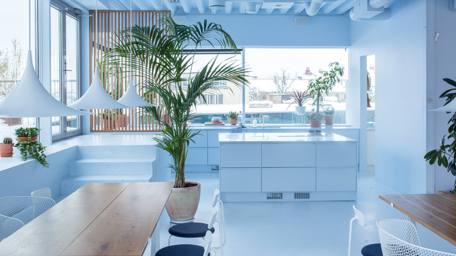 Schwerelos sollte das neue Büro von Bakken & Bæck wirken. Deshalb haben die Innenarchitekten es komplett in ein Malvenblau getaucht.