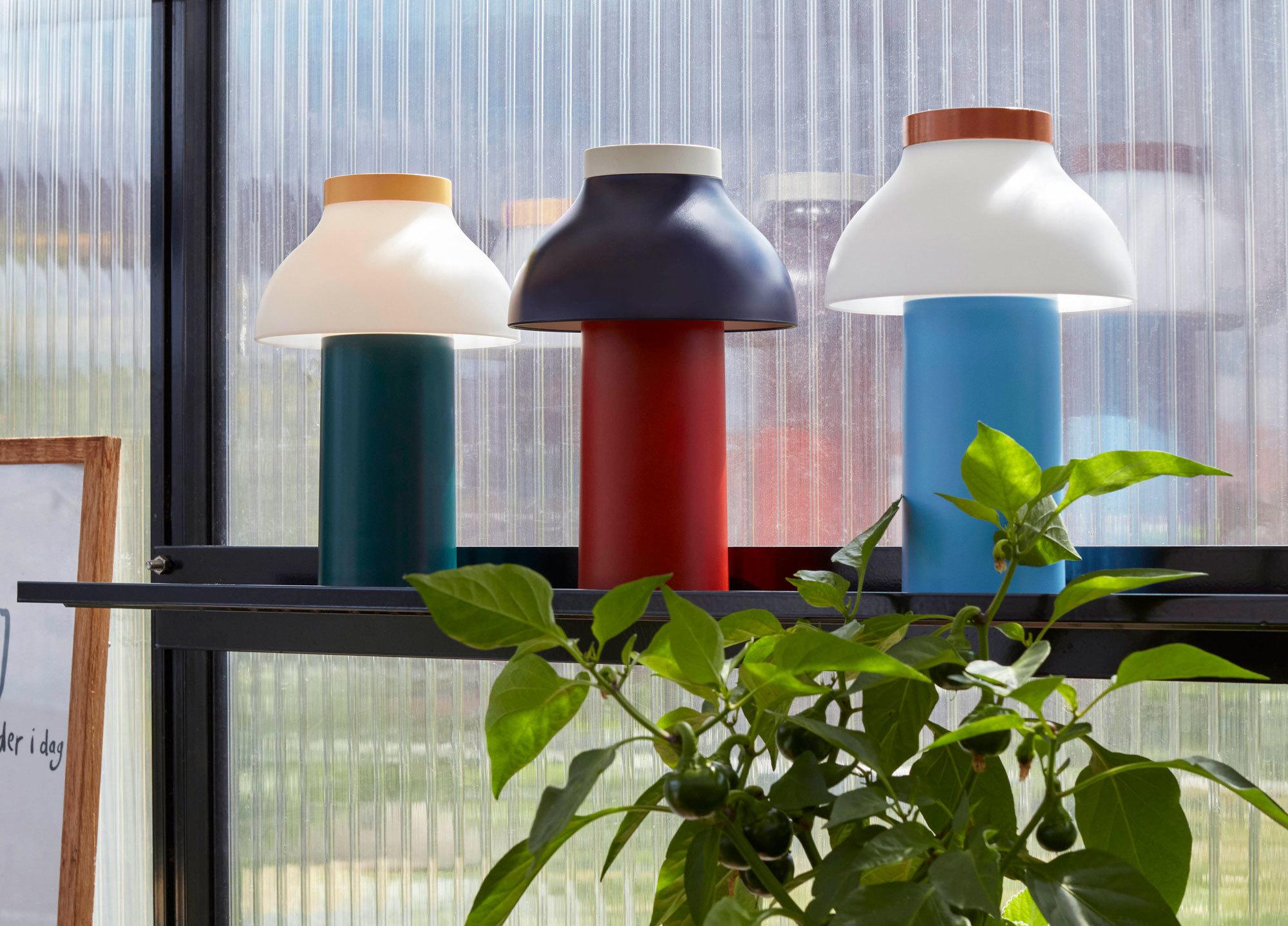 Leuchte zum Mitnehmen: Der kabellose Entwurf von Pierre Charpin für Hay eignet sich ebenso für das Wohnzimmer wie für den Balkon und Garten.