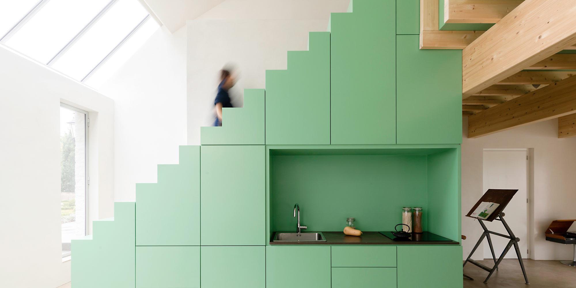 De Nieuwe Context verwandelte das ehemalige Atelier des Glasmalers Daan Wildschut mithilfe von Licht und Farbe in ein Apartment mit grünem Highlight.