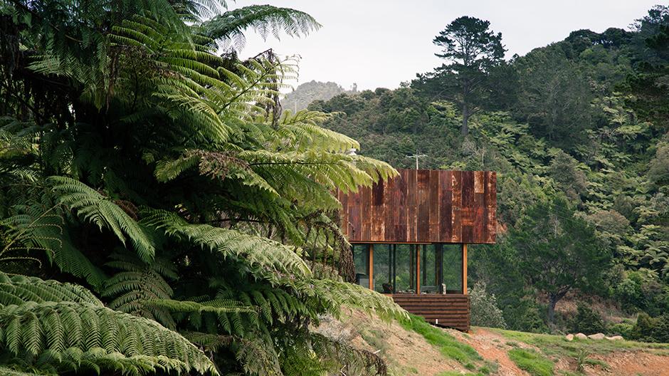 Die Bauherren wünschten sich einerseits eine filmische Herangehensweise an die Architektur, die den Ausblick auf die Landschaft in Szene setzt.
