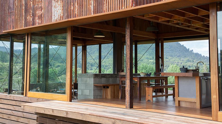 Im Inneren wird der Materialkanon durch Beton ergänzt, der als Tresen und Küchenblock sowie im Treppenkern zum Einsatz kommt.