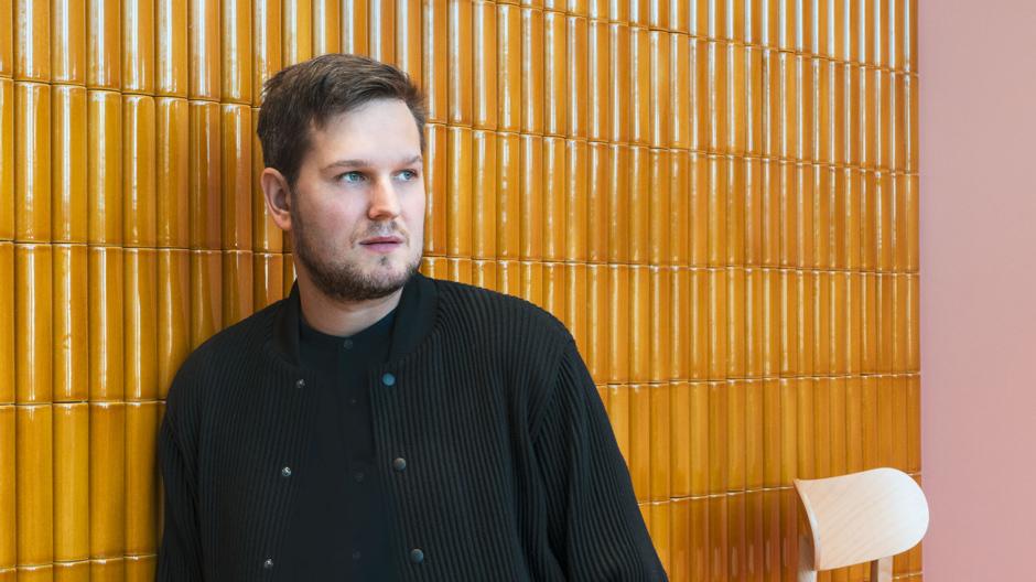 DEAR hat Sebastian Herkner in seinem Studio besucht und mit dem Designer über Kachelofen-Erinnerungen, den Charme von Manufakturen und seine Entwürfe gesprochen. Foto: Kaufmann Keramik
