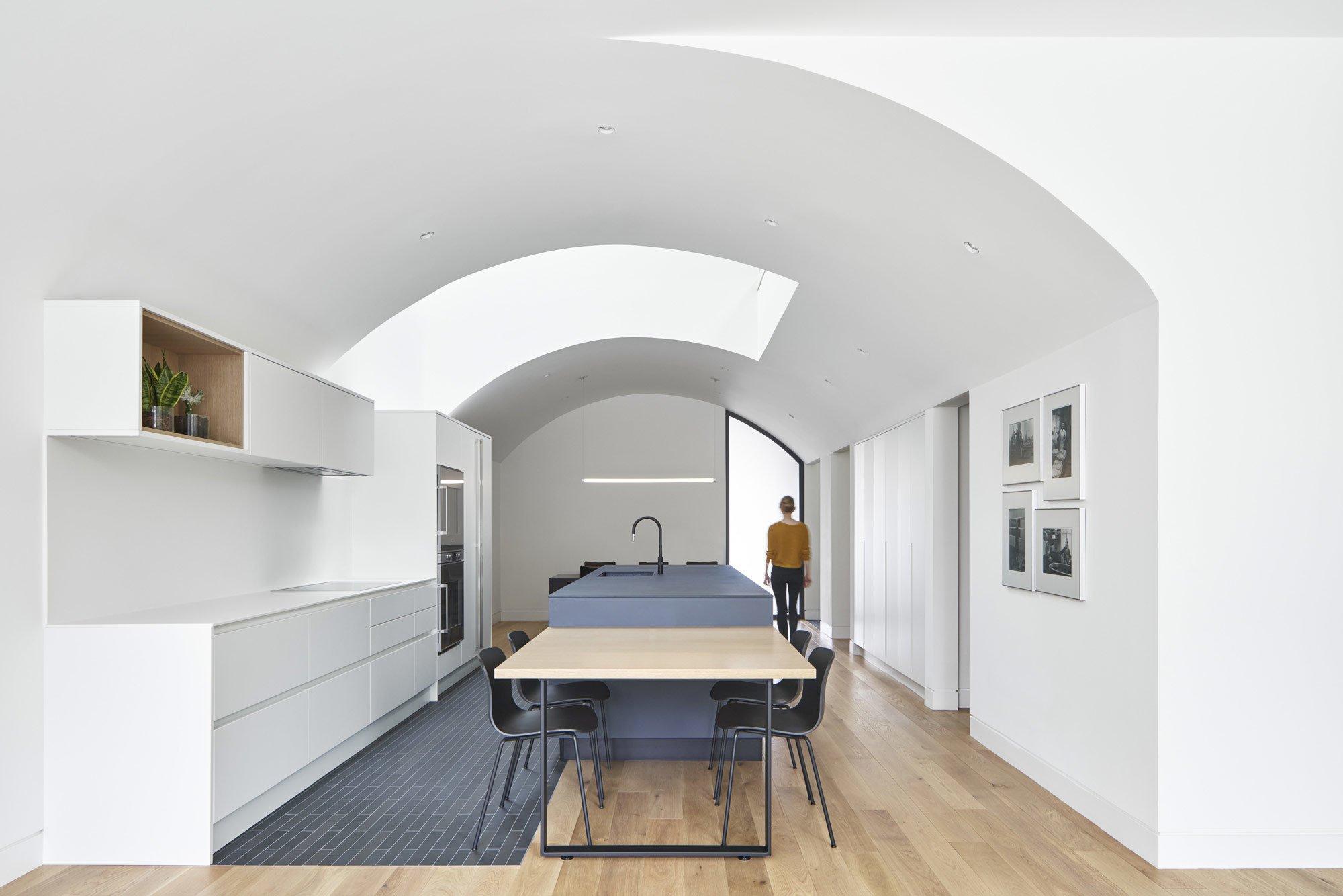 Batay-Csorba Architects bauen in Toronto ein modernes Stadthaus mediterraner Prägung zwischen viktorianische Verandahäuser. Das verbindende Element: Backstein.