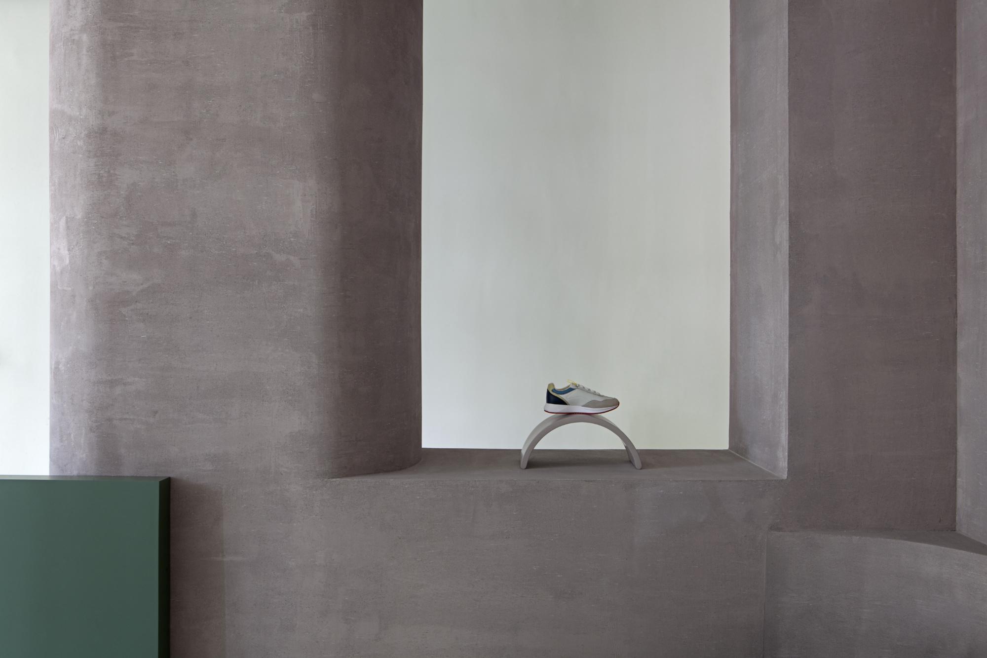 Die Wände sind mit einer Schicht aus pigmentiertem Zement behandelt.