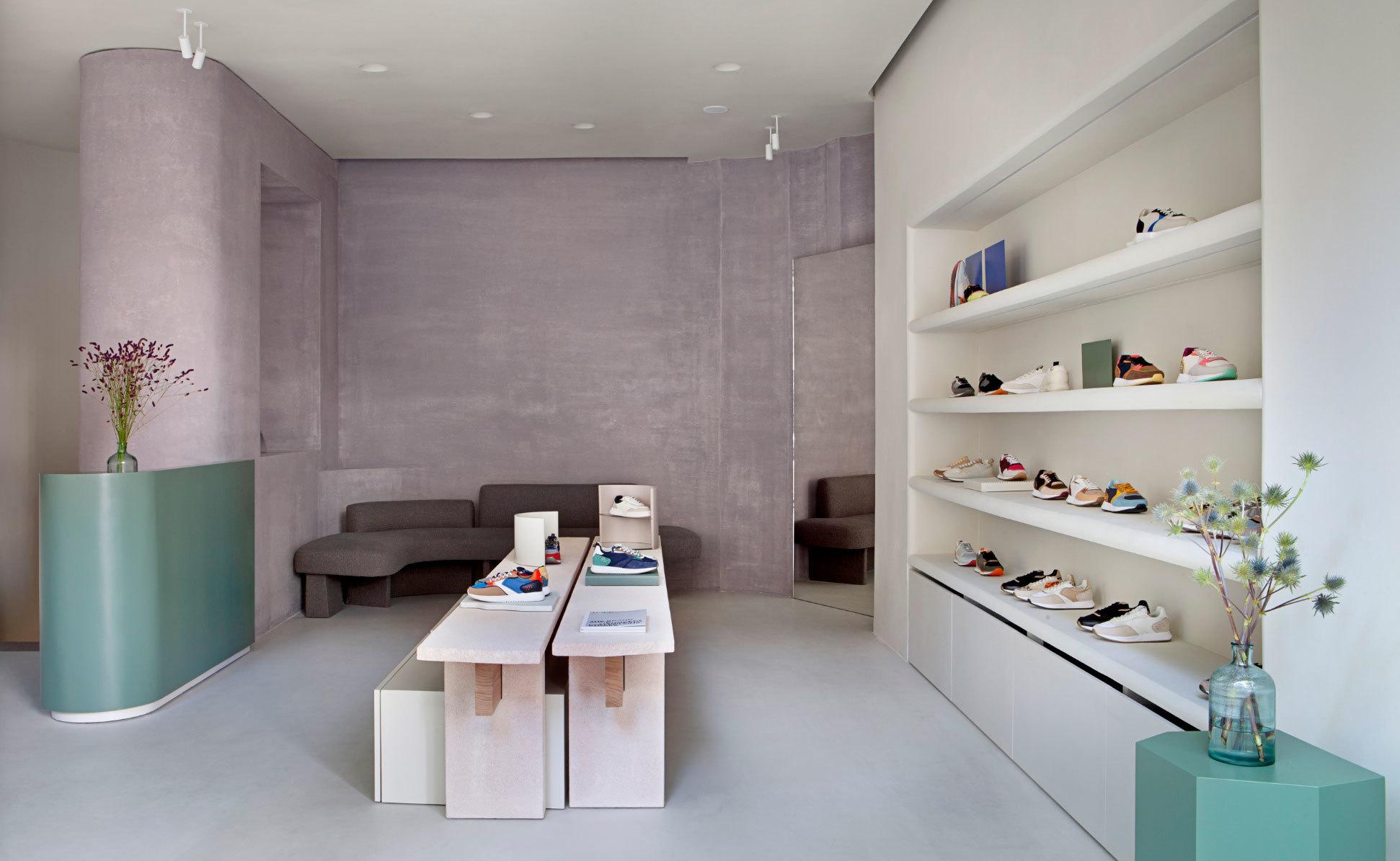 Wie eine Galerie wirkt der erste Flagshipstore der Sneakermarke Hoff in Madrid. Das Studio Ciszak Dalmas Ferrari richtete ihn mit facettenreichen Materialien ein.
