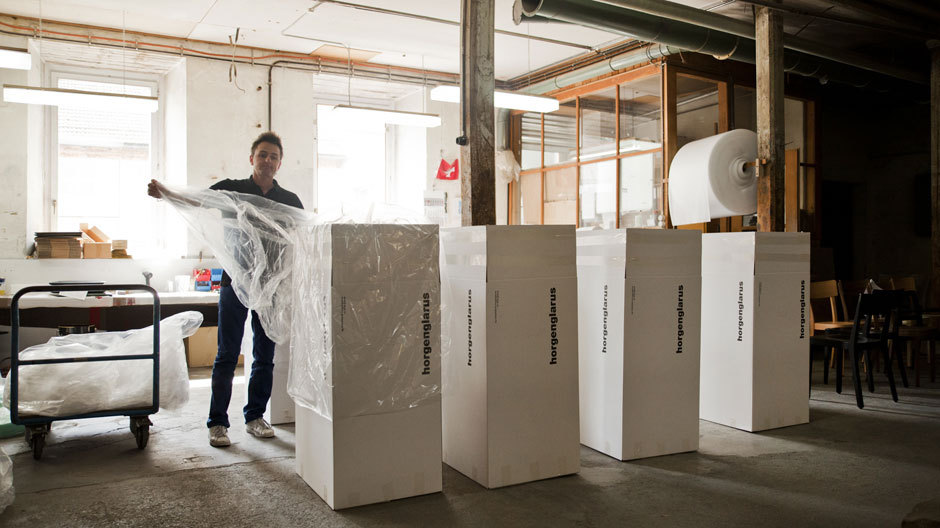 Auf große Reise: Verpacken und Verladen der Stühle in Glarus. Fotos: Cedric Merkli
