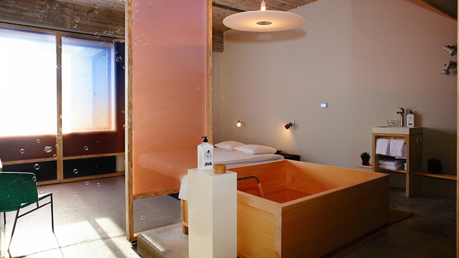 Sensorische Oase mit ganzheitlichem Wellness-Faktor: Das offene Bad ist das neue Herzstück des designorientierten Hotelzimmers.