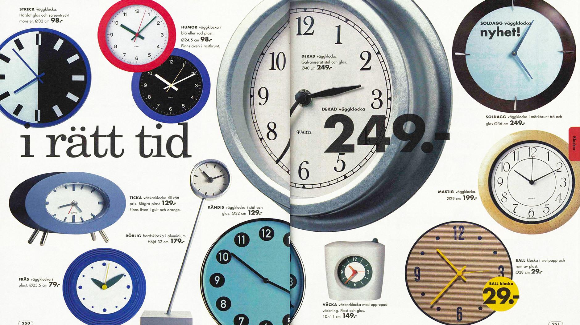 Aus der Zeit gefallen: Wanduhren haben mittlerweile den Status eines dekorativen Wandobjektes. Die Uhrzeit holen wir uns dann doch woanders. ©IKEA Katalog 2000