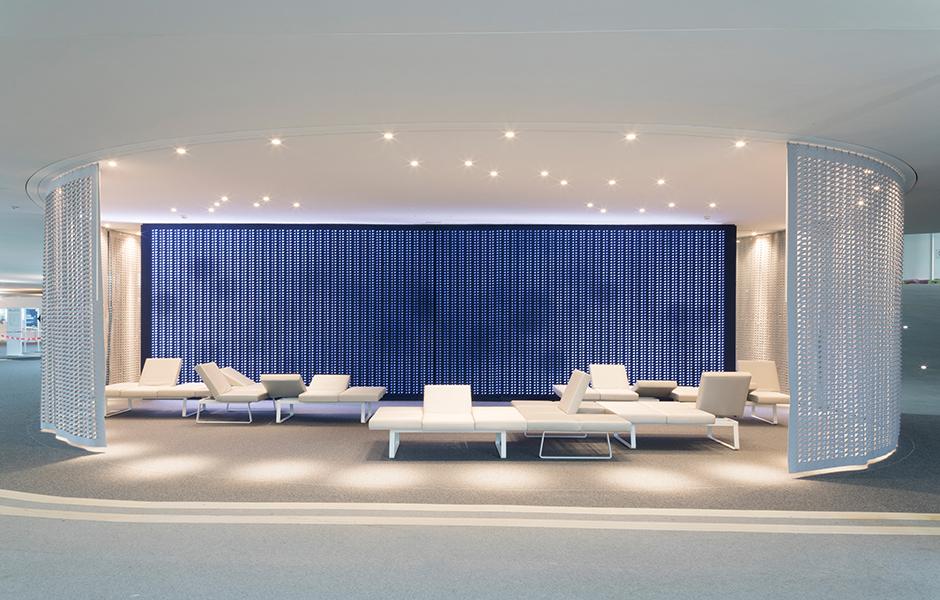Die Filzwand im Hintergrund ist als interaktives Paneel konzipiert. CoLab, EPFL (École polytechnique fédérale de Lausanne), Schweiz. Design: Holzer Kobler Architekten, iart AG. Foto: Eik Frenzel