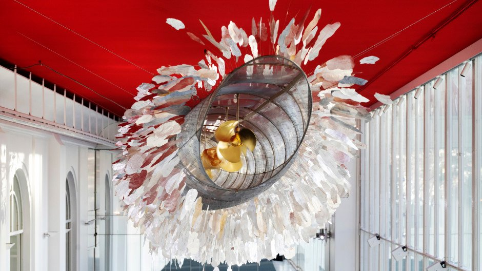Die Installation Silver Cloud von Ingo Maurer hängt in exponierter Lage im Foyer des Residenztheaters in München.