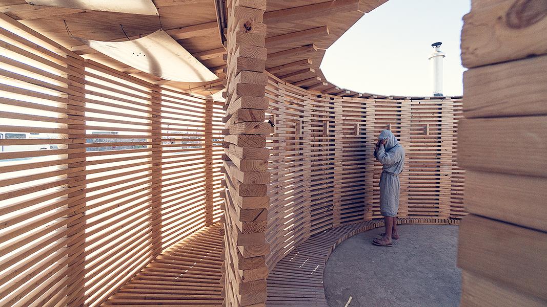 Durch den Umlaufgang gelangt man in das Innere der Struktur.