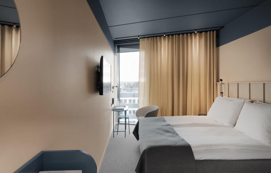 Gestalterische Zurückhaltung in den Hotelzimmern: Eine helle Farbgebung mit neutraler Basis aus Blau-, Beige- und Grautönen für ein kontemplatives Ambiente. Foto: Jonas Lindström