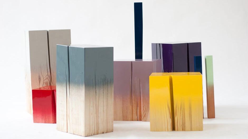 Trift: Gefundene Baumstümpfe, partiell farbig lackiert.