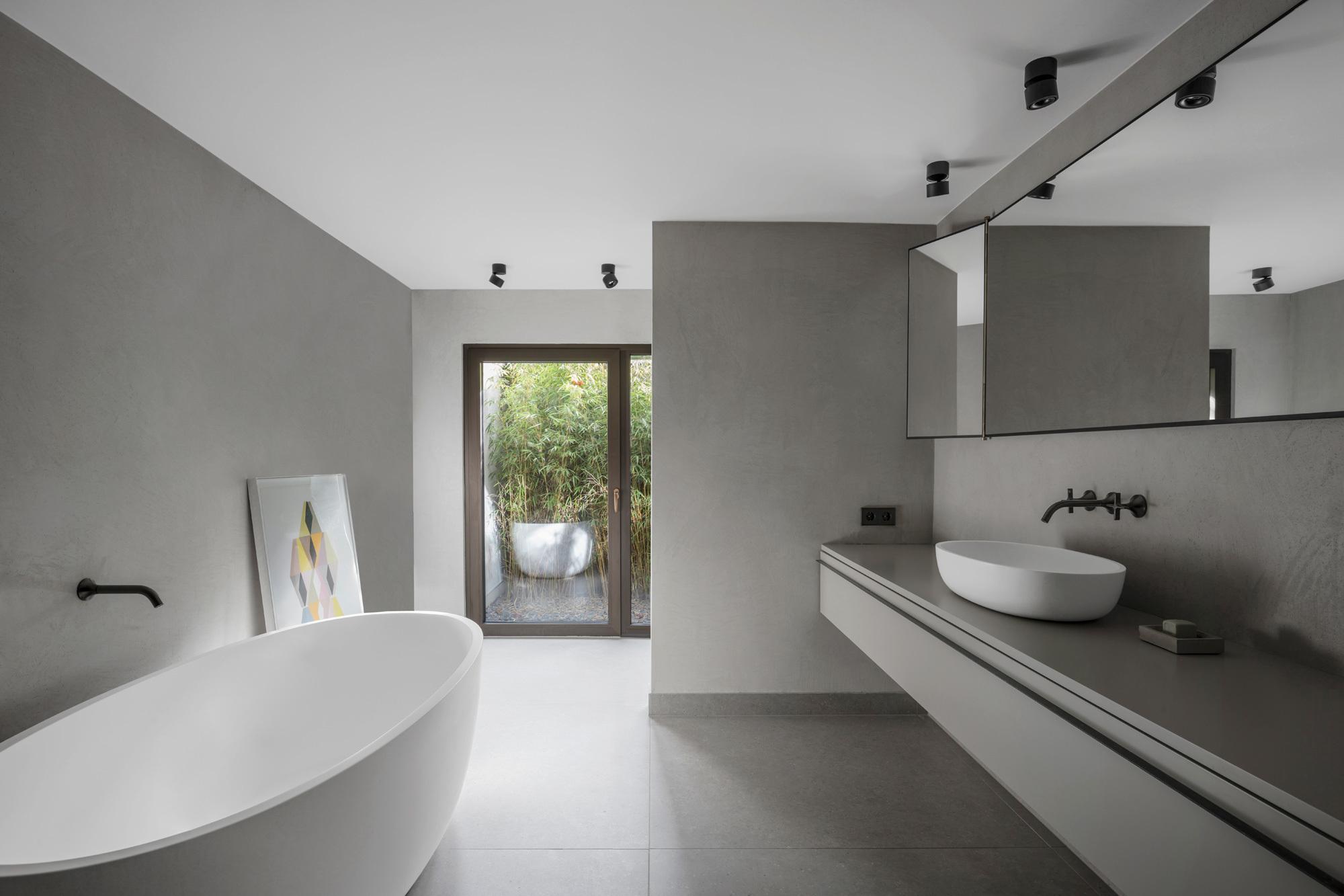 Das großzügige Bad ist in der ehemaligen Garage im Untergeschoss des Hauses Bruno Lambart untergebracht.