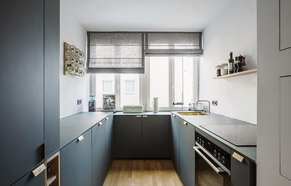 Durch homogenen Materialeinsatz wirkt die Küche wie aus einem Guss. Armaturen und Griffe sind wiederum aus Messing – ebenfalls eine Hommage an die 50er.
