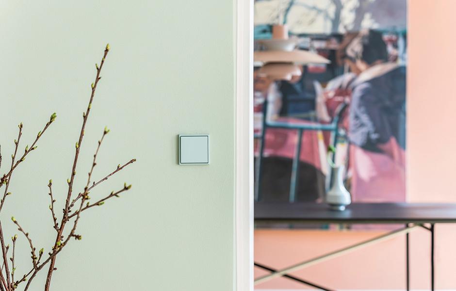 Ton in Ton: Auf manchen Wänden sind Wandfarbe und Schalter in ihrer Nuance exakt aufeinander abgestimmt.