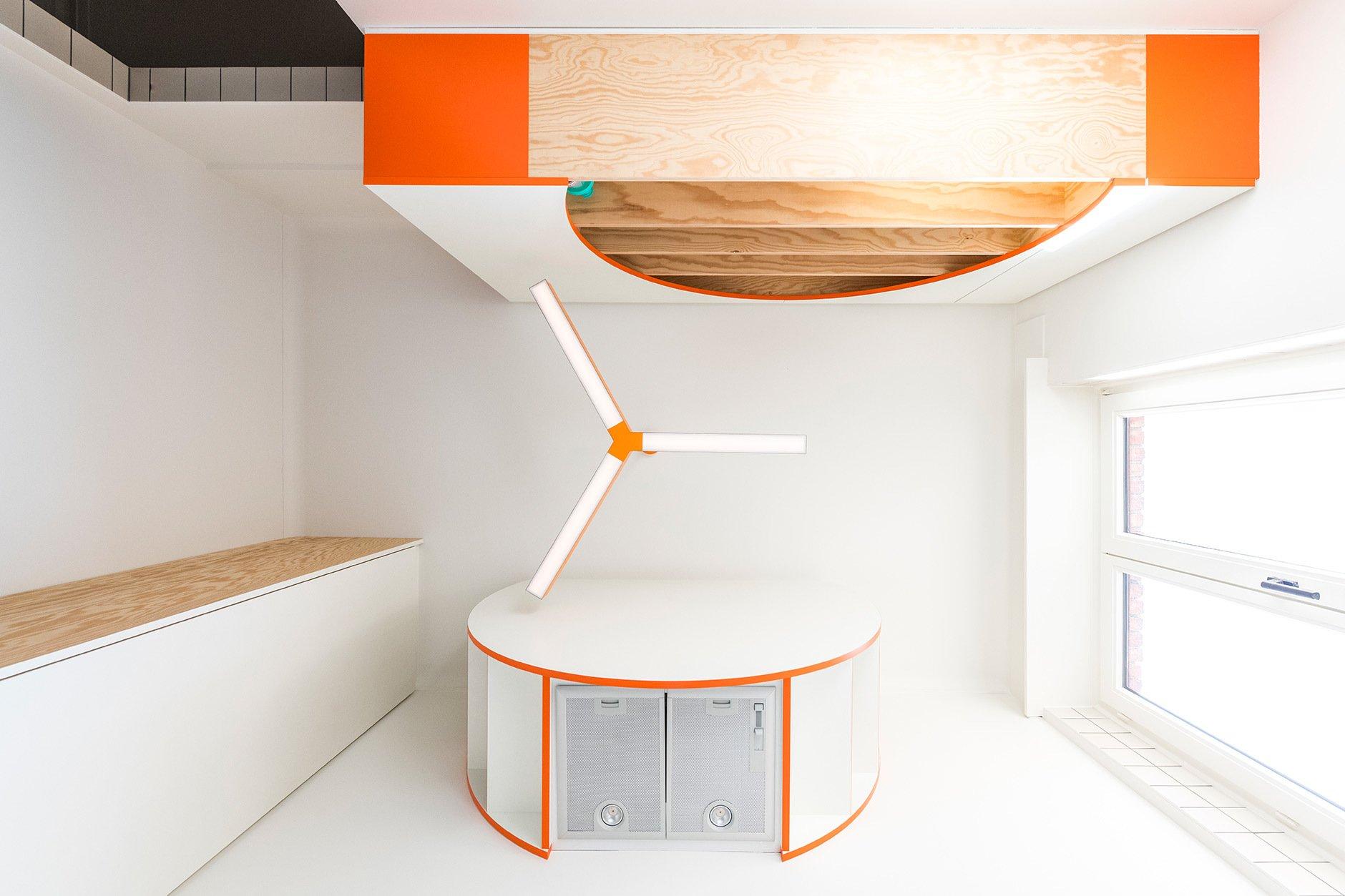 Projekt KSENIA, eine Mikro-Küche mit weißen Kacheln und orangefarbenen Akzenten. ©Luc Roymans