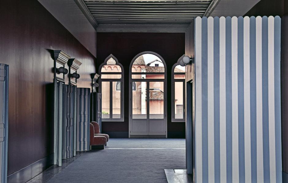 Von den Pali da Casada – den in Venedig allgegenwärtigen Anlegemaster der Gondeln – ist das typische Streifenmuster auf Nachttisch-Sockel, Sesselbezüge sowie die bemalten Zimmertüren übertragen worden.