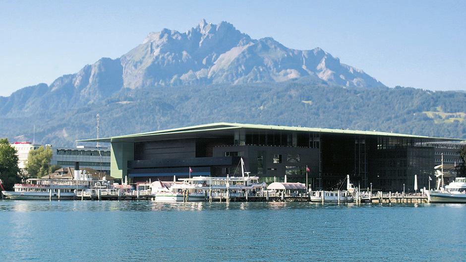 Am Ufer des Vierwaldstättersees thront das Konzert- und Kongresshaus KKL Luzern. Foto: © KKL Luzern, Switzerland