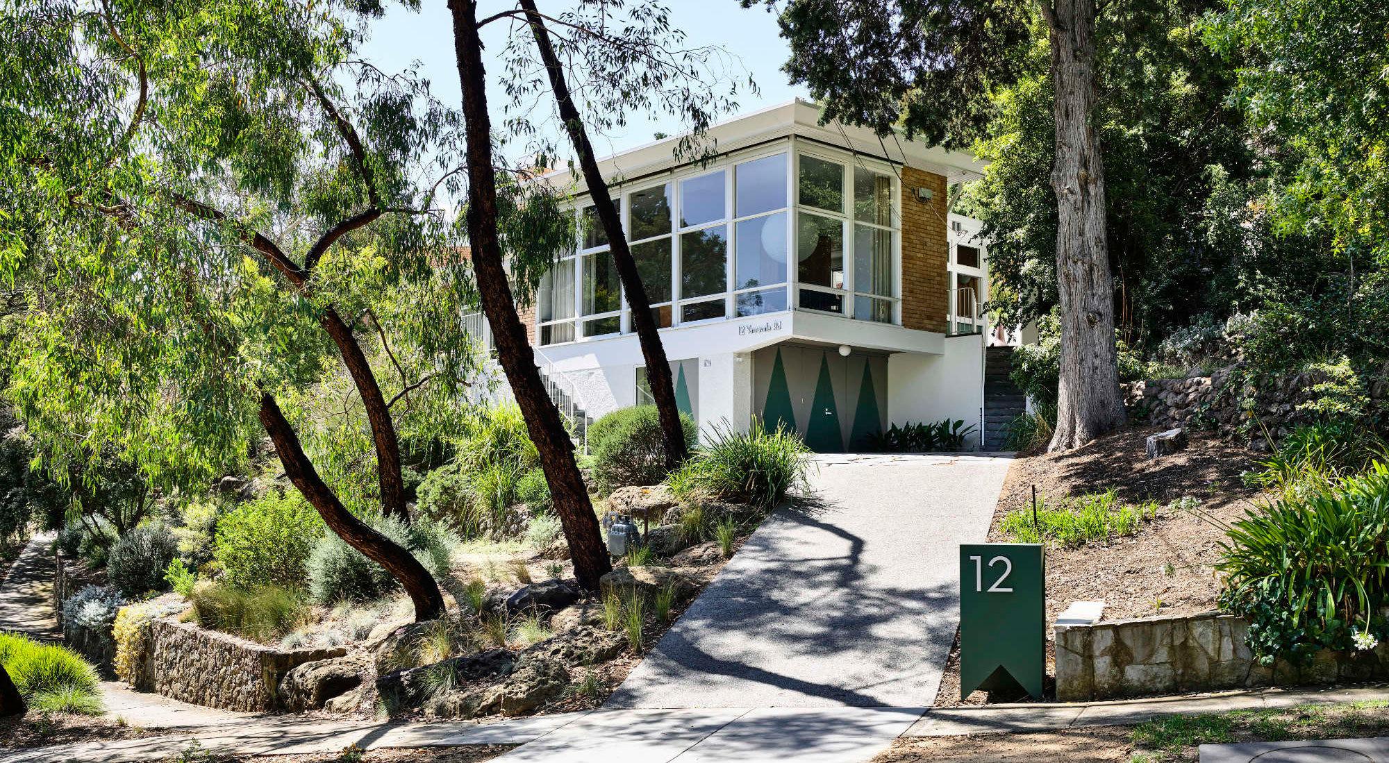 Mit geschickten Erweiterungen, Holzeinbauten und viel Grün im Innenraum hat das Büro Kennedy Nolan das modernistische Gebäude des Architekten Anatol Kagan mit der Natur verbunden.