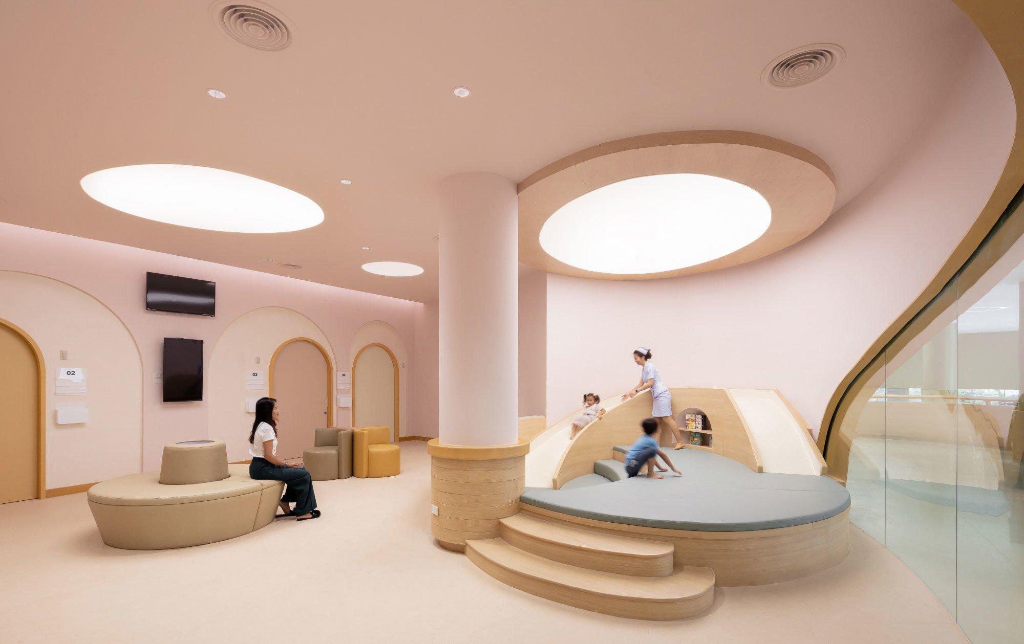 Unweit von Bangkok entwarf das Büro Integrated Field ein Krankenhaus für Kinder, das die kleinen Patienten beruhigen soll. Tatsächlich wurde es ein schöner Spielplatz.