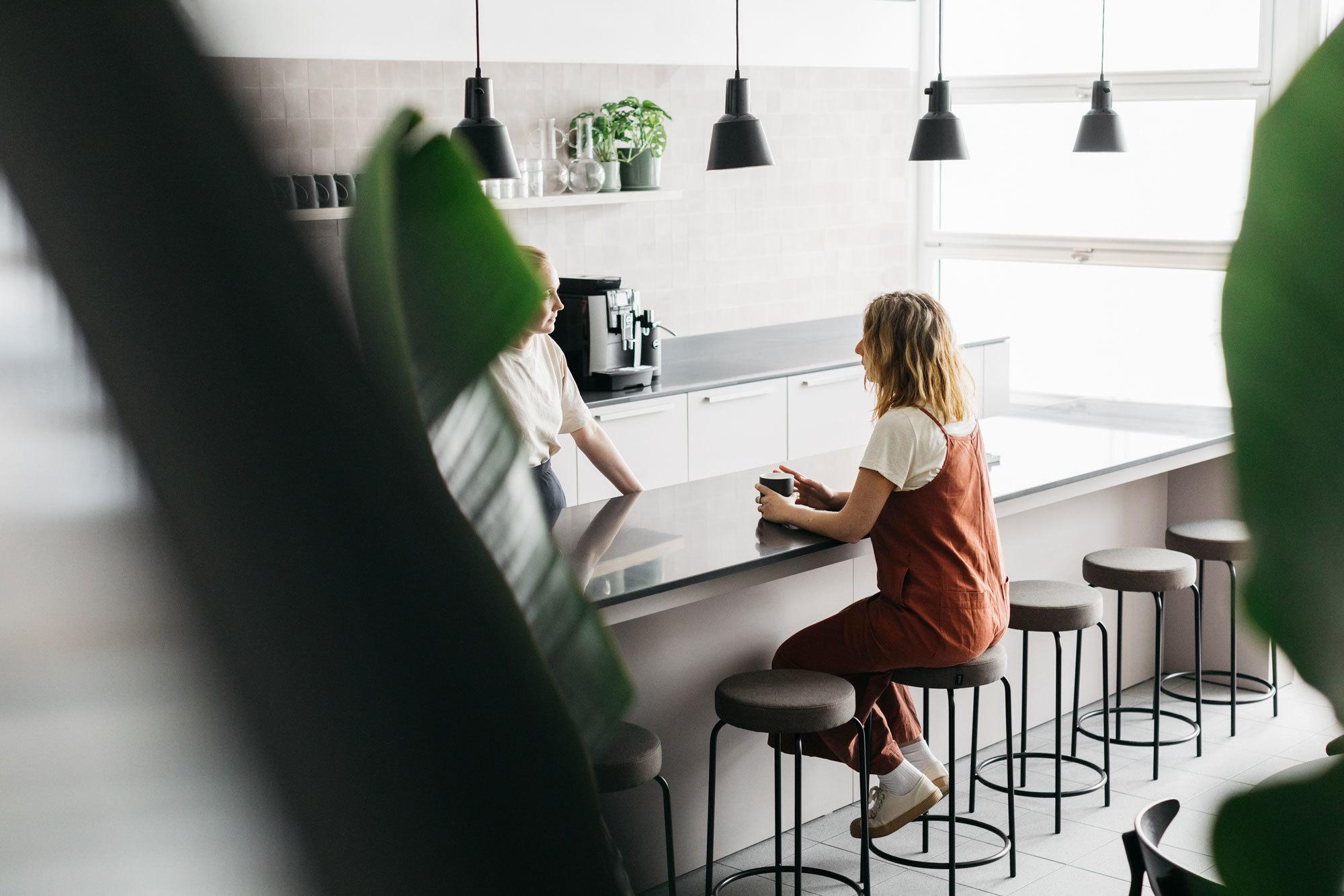 """""""Wir wissen, wie wir Räume gestalten müssen, damit sich Menschen darin gerne aufhalten"""", sagt Tobias Kohlhaas. """"Dafür braucht es Brüche. Wenn ein Raum zu perfekt gestaltet ist, fühlt man sich darin nicht wohl."""""""