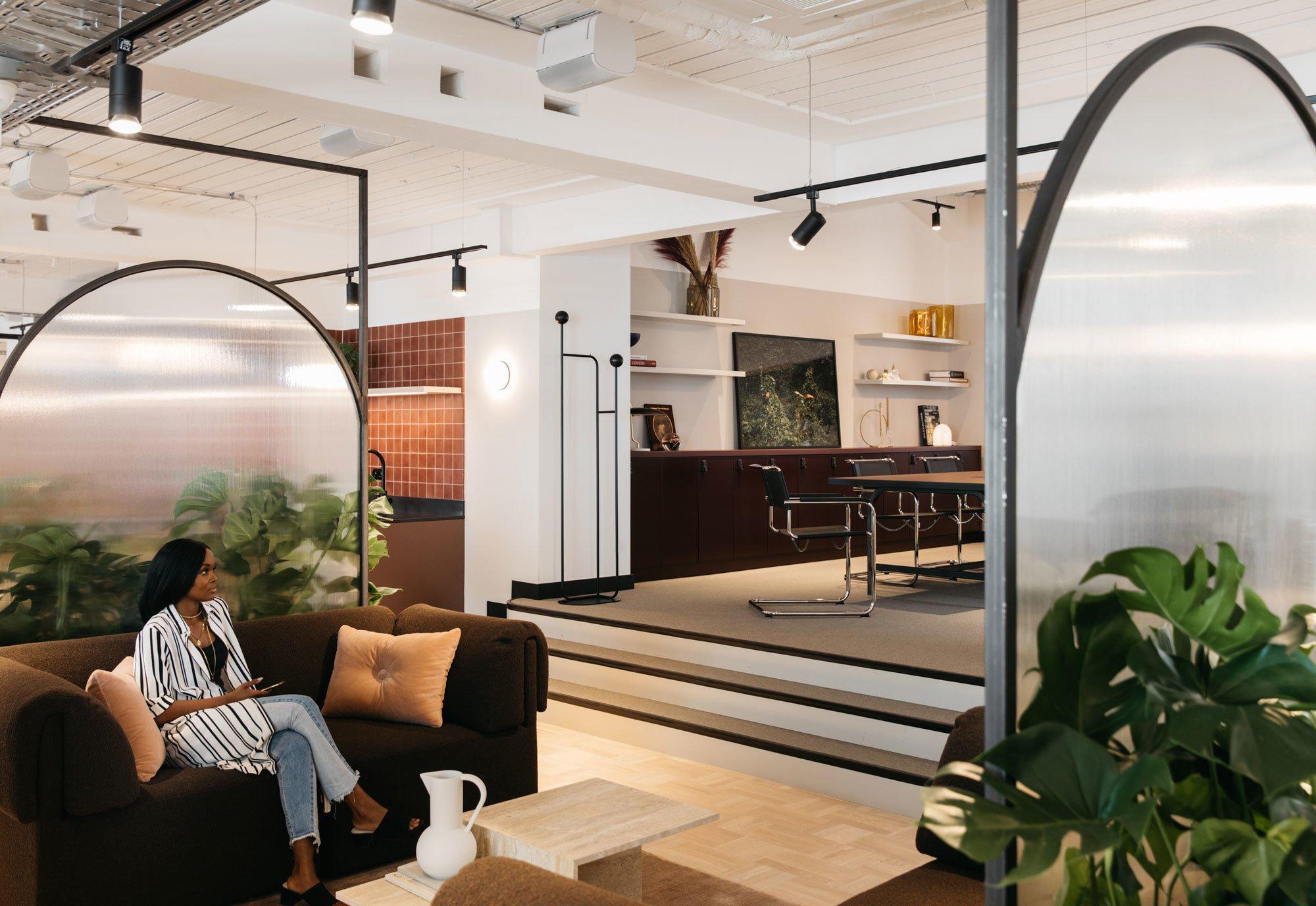 Die bogenförmigen Raumteiler sind eine Reminiszenz an die architektonischen Formen des des Altbaus.
