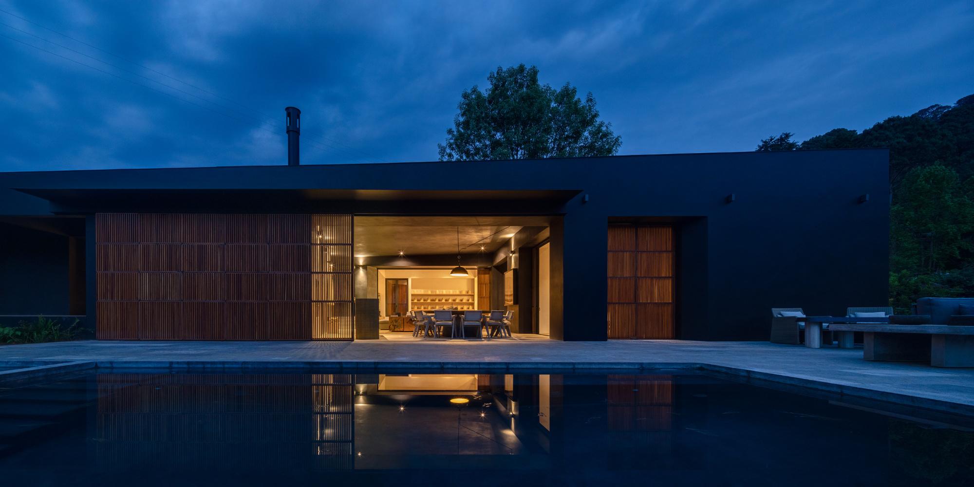 Pérez Palacios Arquitectos Asociados lassen das Zuhause einer sechsköpfigen Familie im mexikanischen Peña Blanca mit der idyllischen Landschaft verschmelzen.
