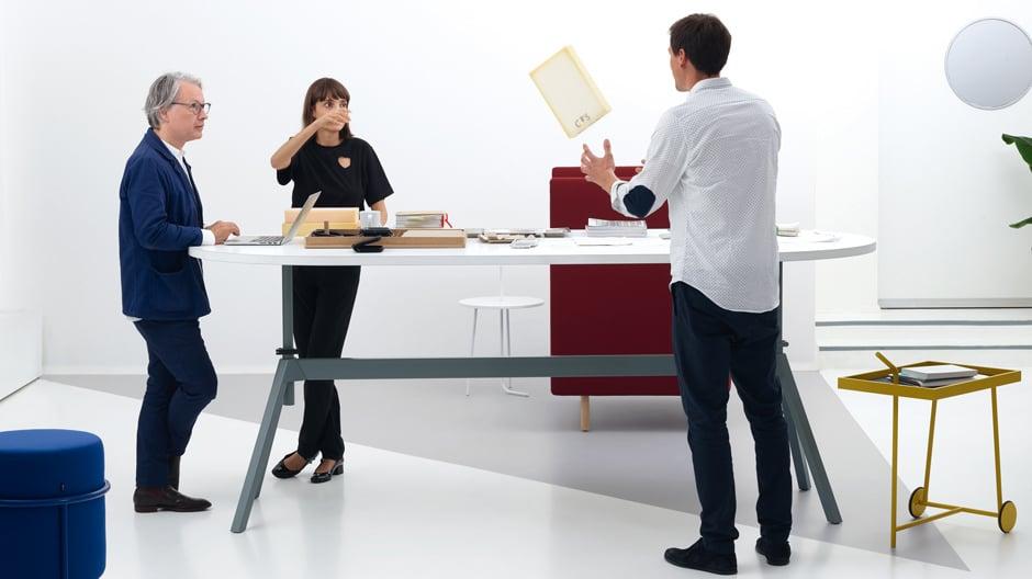 Uwe Fischer zusammen mit Ana Relvão und Gerhardt Kellermann vom Münchner Büro RelvãoKellermann, die ebenfalls im Rahmen des COR LAB Möbel für eine zeitgemäße Office-Welt entwickelt haben.