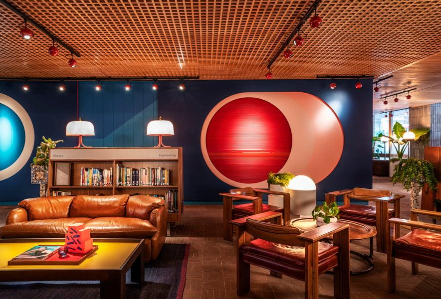 Bibliothek und Leselounge im Erdgeschoss.