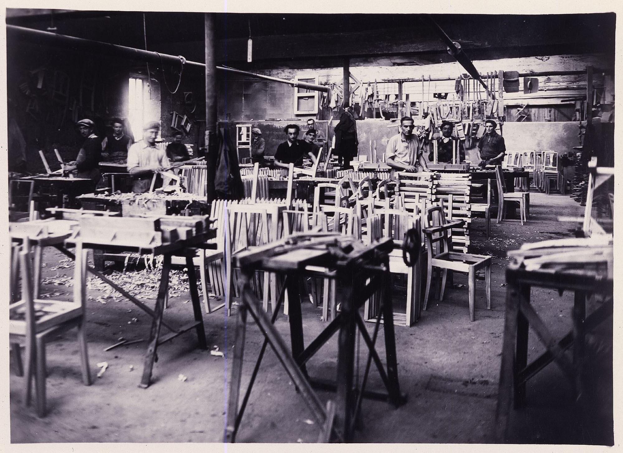 Anfangs war das Unternehmen auf die Fertigung vonGriffen für Sonnenschirme und Gehstöcke spezialisiert und stellte zur Jahrhundertwende auf die Produktion von Stühlen und Polstermöbeln um. Aufnahme aus dem Dreißigerjahren. Foto: Ligne Roset