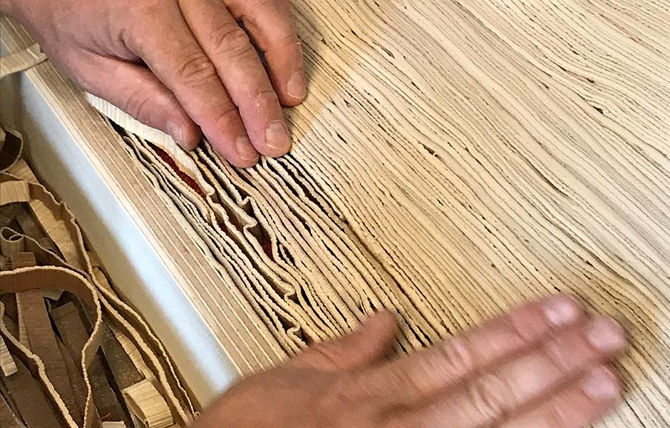 PalmLeather kann wie richtiges Leder verarbeitet werden. Die neue Kollektion fädelt Streifen des Materials zu Teppichen auf.