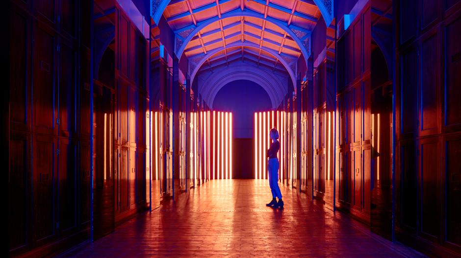 Mit der Installation Reflection Roomillumierte Flynn Talbot beim LDF 2017 die 35 Meter lange Prince Consort Gallery im Victoria & Albert Museum wie eine Kathedrale.Foto: Mark Cocksedge