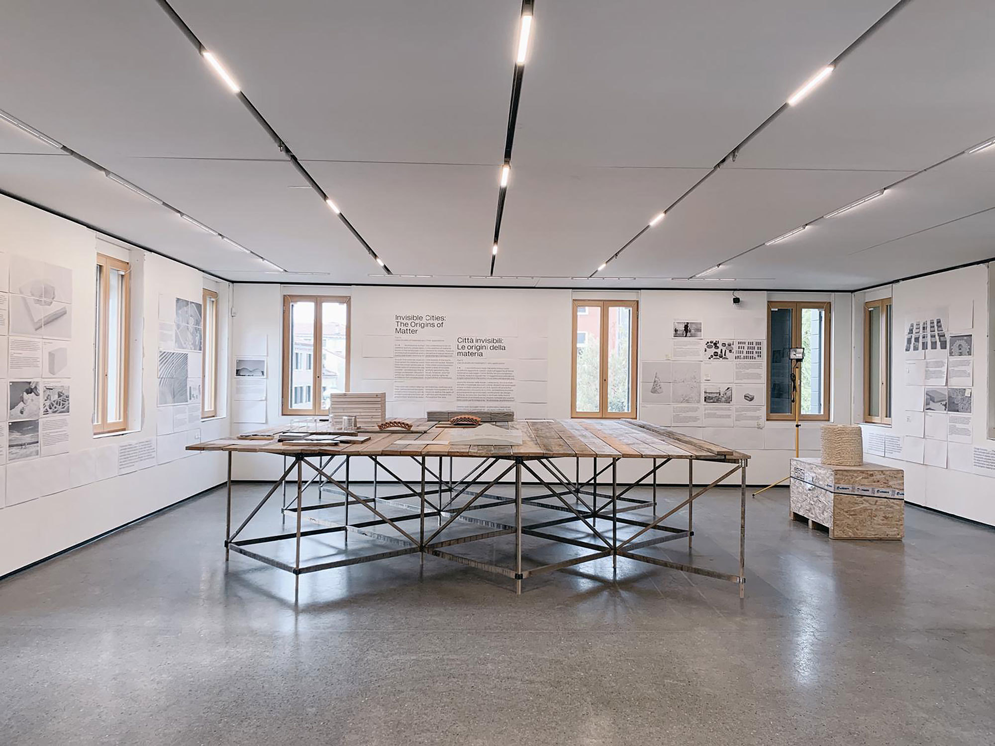 Im Rahmen der diesjährigen Biennale in Venedig hat Lukas Wegwerth für die Ausstellung Non-Extractive Architecture große Präsentationstische konzipiert. Foto: Studio Lukas Wegwerth