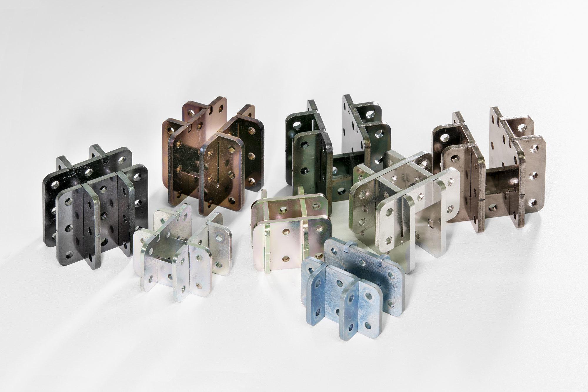 Viele Arbeiten basieren auf Lukas Wegwerths modularem System Three+One, das für Möbel bis hin zu Raumarchitekturen wie Tribünen verwendet werden kann. Das Kernelement ist ein Verbinder, der aus vier flachen Seiten besteht, die ineinander gesteckt werden. Foto: Studio Lukas Wegwerth