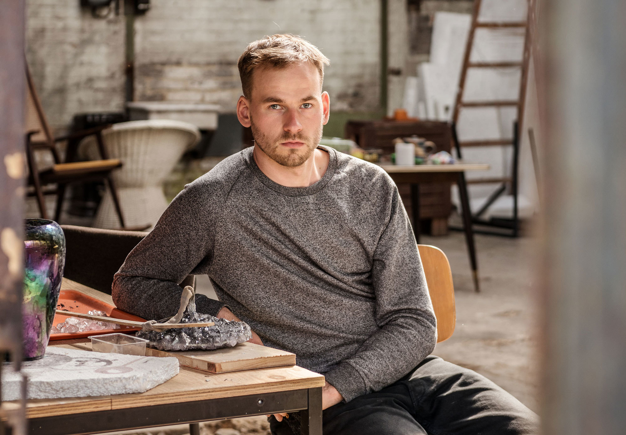 Im Interview spricht der Berliner Designer Lukas Wegwerth über verschiedenste Aspekte von nachhaltiger Gestaltung: Nachhaltigkeit durch Selektion, Weiternutzung oder Experimente – und durch ein neues Denken im Ausstellungsdesign. Foto: Dagmar Schwelle