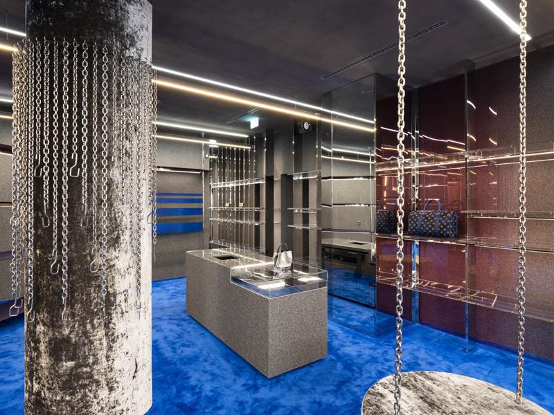 Der Star des Interieurs ist der königsblaue Teppich, der den gesamten Boden bedeckt.